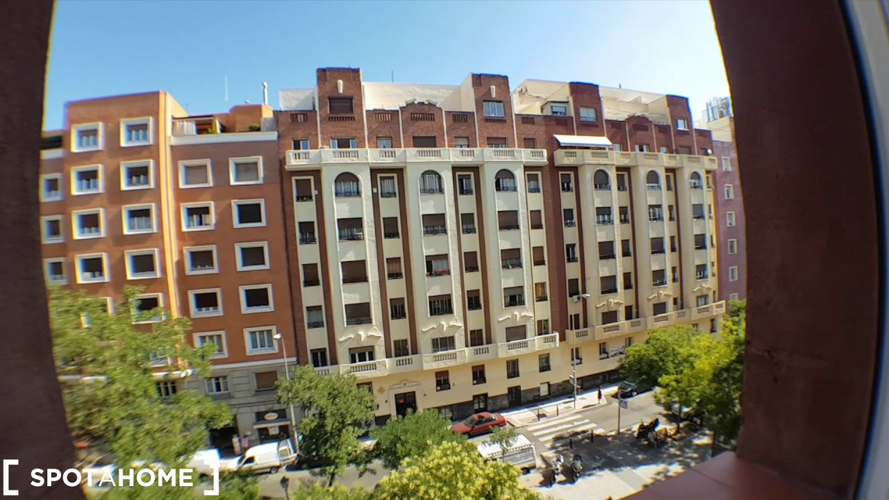 Single Bed in Rooms for rent in large 6-bedroom apartment in Retiro