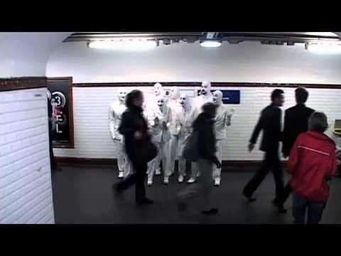 Voca People chantent dans le métro