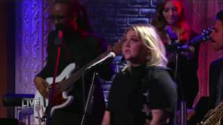 Elle King Performs 'America's Sweetheart'