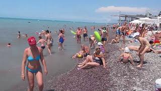 На пляже в Лазаревском в разгар сезона 2017