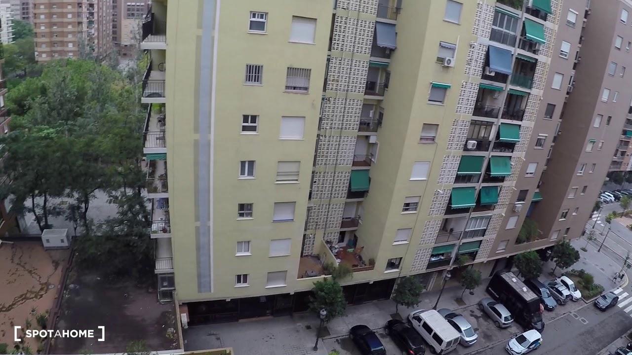 Double bed in Rooms for rent in modern 6-bedroom apartment in Algiros