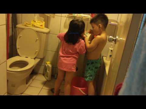 哥哥幫妹妹刷牙