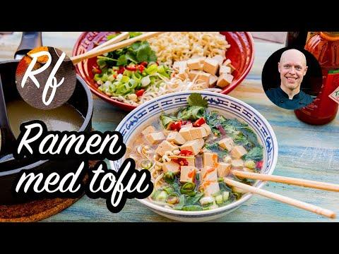 Ramen med tofu är ennudelsoppa med grönsaksbuljong, valfri tofu, nudlar och grönsaker som salladslök, böngroddar, färsk koriander ochröd chili.>