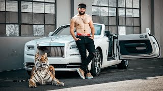 Baker Mayfield walks The Hangover Tiger