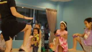 Learning English thru Music & Movement(pompom)