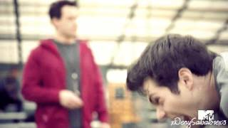Derek s'apprête à cautériser les plaies de Peter à l'aide d'un chalumeau (1 : 13)