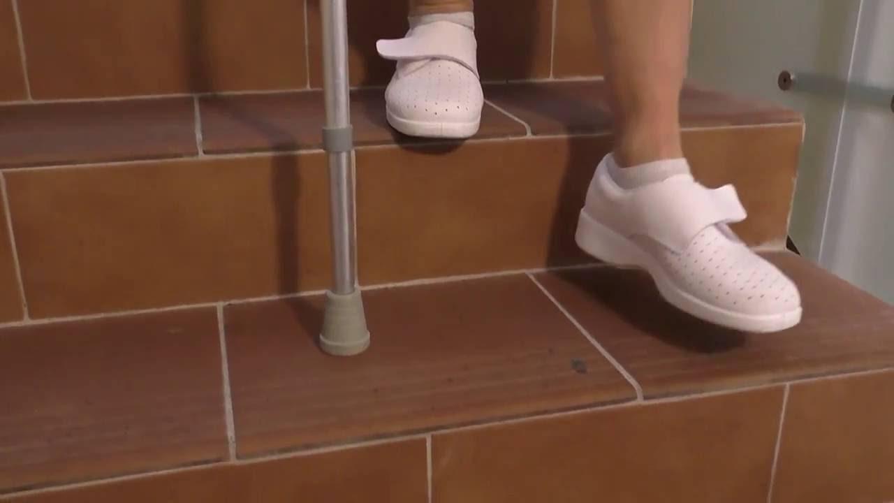 Vídeo sobre Escuela de cadera. Subir y bajar escaleras con una muleta.