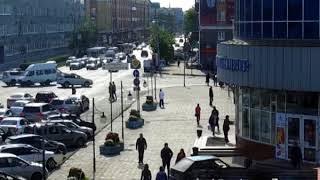 ЭКСКЛЮЗИВ! В Омске машина без водителя заехала на крыльцо торгового центра (ВИДЕО)