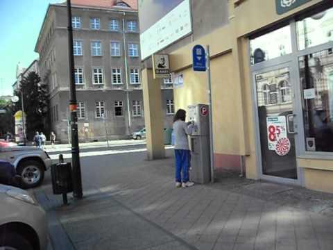 Tak się zatyka parkomaty  kapslami w Opolu