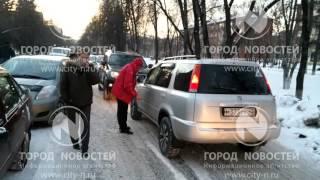 Смотреть онлайн Автоледи не пропускает водителей, Новокузнецк