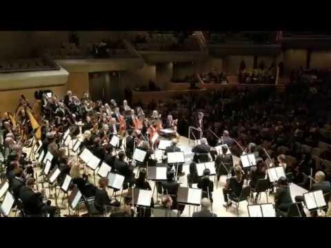 Συμφωνική ορχήστρα εκπλήσσει τον μαέστρο στα γενέθλια του ενώπιον κοινού
