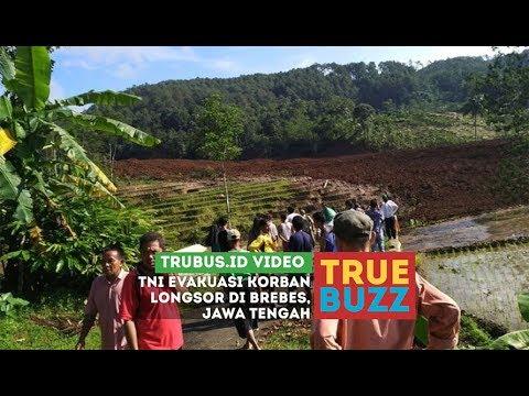 TNI Evakuasi Korban Longsor di Brebes, Jawa Tengah