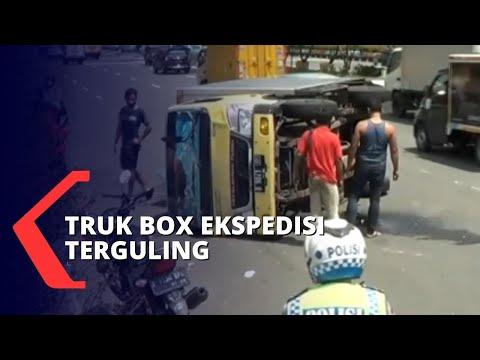 truk box ekspedisi terguling di jalan benyamin sueb akibat menghindari mobil