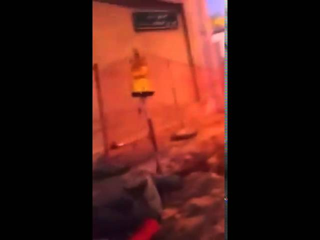 متسول يعبث بنظام الإشارة الضوئية في أحد شوارع الرياض