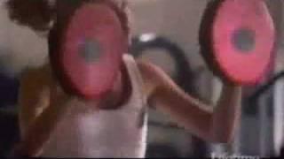 Roxy donne un cours de boxe à Denise (en anglais)