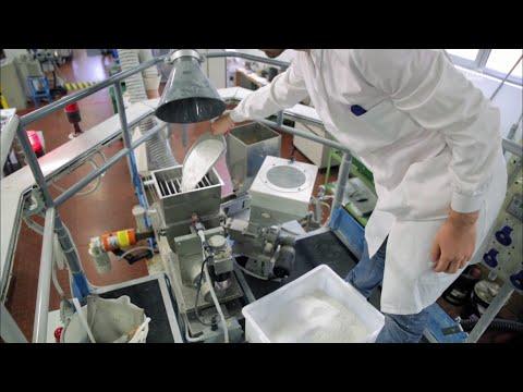En Suisse, l'idée de Filomeno Corvasce est de fabriquer un produit bioplastique à partir d'extrait d'amidon de maïs. -RTS - Radio Télévision Suisse