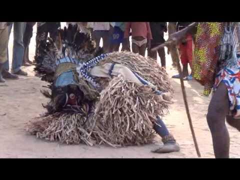 Glas danseurs dans le village de ZIA