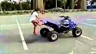 Sexy Frau fährt Quard im Mini rock  Im kurzen Kleid
