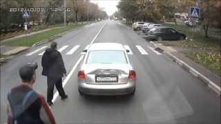 Motorista levanta o dedo do meio a um caminhoneiro e se da mal