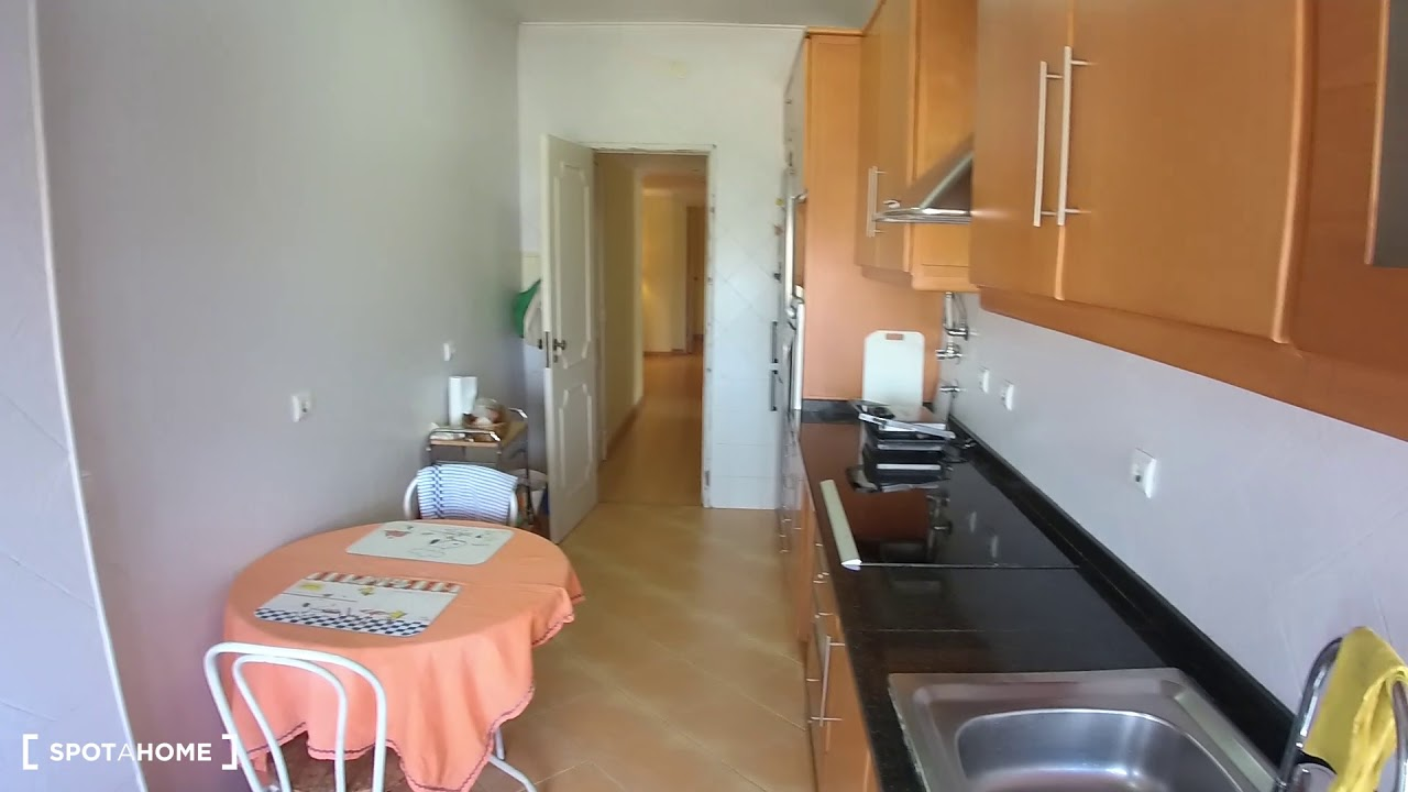 Single Bed in Rooms for rent in funky 5-bedroom apartment in Benfica