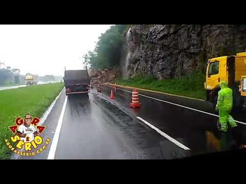 Queda de barreira na Régis Bittencourt, Km 402,5, em Miracatu, sentido São Paulo. Uma pedra gigantesca desceu do barranco. Felizmente nenhum veículo foi acertado e não houve vítimas.