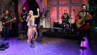 "Cassadee Pope Performs ""One More Red Light!""   Pickler & Ben"