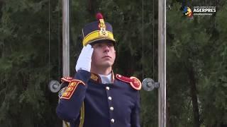 Drapelul naţional al României şi cel al Alianţei Nord-Atlantice, înălțate pe catarg la sediul MApN