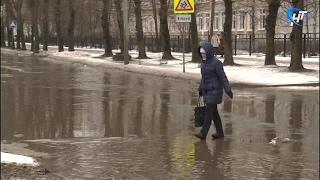 В Великом Новгороде затопило дороги, дворы и тротуары