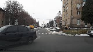 Разьезд на тесной улице где припаркованно много машин