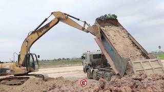 ថ្មី! ឡានប៉ែនកង់១២ ចាក់ដីផ្អៀង យក CAT320d អេស្កាវ៉ាទ័រជួយទប់ Fail dump truck unloading soil