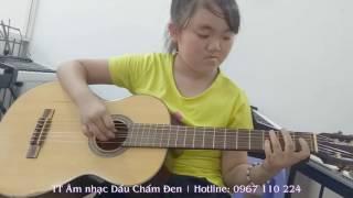Bé học đàn guitar