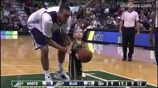 Смотреть онлайн Малыш играет с любимой командой в баскетбол