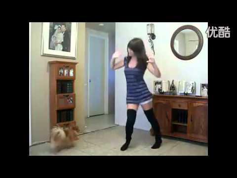 可愛美少女跳熱舞,狗狗堅持看到最後!