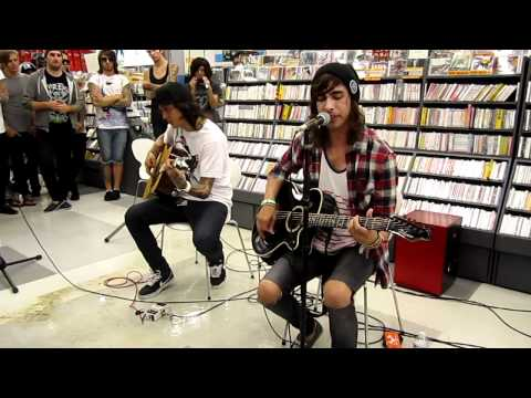 What kind of guitar is vic fuentes playing? | Yahoo Answers