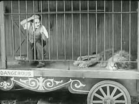 נוסטלגיה במיטבה: צ'ארלי צ'אפלין בכלוב עם אריה אימתני