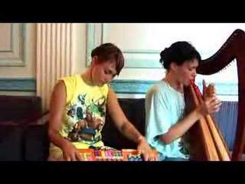 Jak zagrać przy pomocy zabawki dla dzieci i harfy