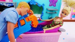 Кен чинит ванну Барби - Мультики с куклами