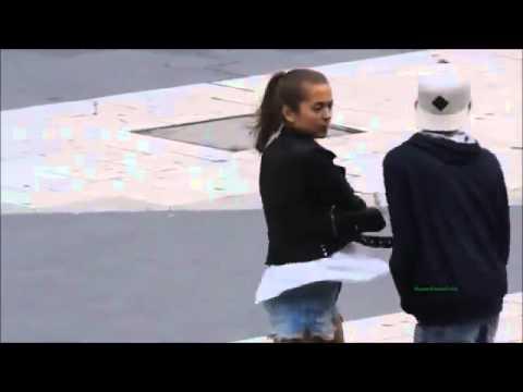 بالفيديو اعتدى على فتاة ويطلب منها أن يأخذ قبلة فجائه الرد سريعا  من الفتاة