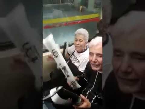 Casal de velhinhos emociona torcida do Corinthians em festa no metrô
