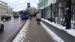 Человек зимой ходит в летней одежде Москва декабрь