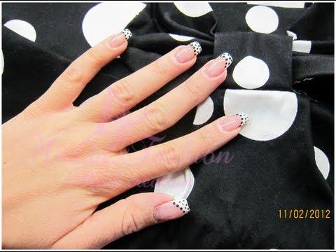 Pelle sulle dita di mani sotto unghie della ragione e le esplosioni di trattamento