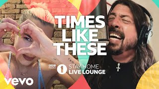 Musik-Video-Miniaturansicht zu Times Like These (BBC Radio 1 Stay Home Live Lounge) Songtext von Live Lounge Allstars
