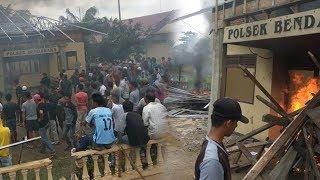 Mapolsek Bendahara Dibakar Massa, Warga Justru Mendekat Jarah Amunisi, Sempat Dihalau Prajurit TNI