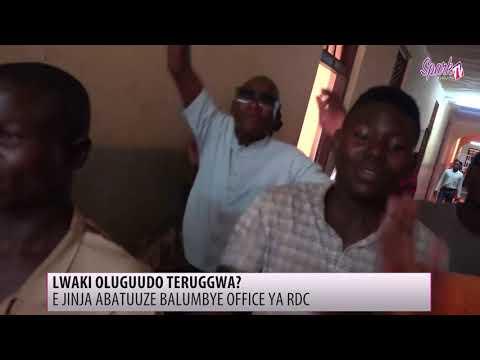 E Jinja abatuuze balumbye office ya RDC nga beemulugunya ku nguudo embi