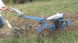 preview picture of video 'Viarmes 2009 concours de labour au motoculteur deuxième partie'