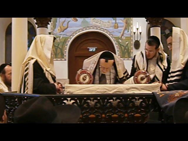 """תיעוד מיוחד של הגאון הצדיק רבי שריה דבלצקי זצוק""""ל עולה לתורה בבית הכנסת """"החורבה"""""""