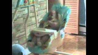 Bébé Josh et le lancer de la doudou