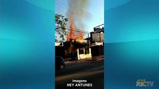 Incêndio atinge comércio no bairro Portão em Curitiba