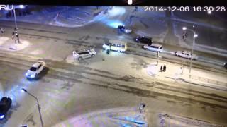 Смотреть онлайн Пьяного мужчину сбили на дороге дважды