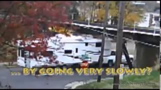 Смотреть онлайн Подборка ДТП: Грузовики не пролезли под мостом